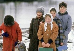 «Теплые трусы надела? А шапку?» Почему мы воюем с детьми и кому это на самом деле нужно