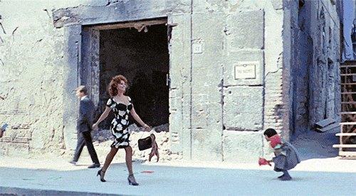 женщина идет поулице