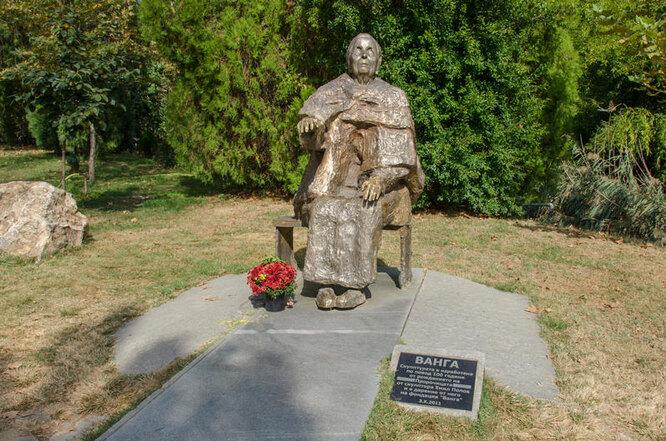 Памятник предсказательнице Ванге фото