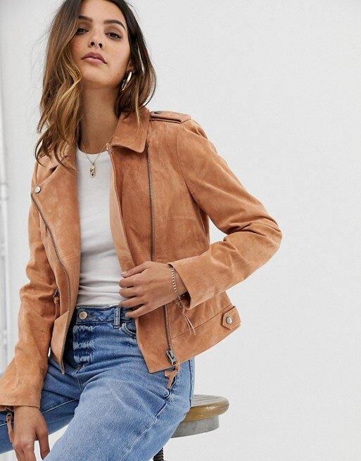 девушка в куртке-косухе