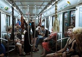 В питерском метро привязали женские косы к поручням, чтобы напомнить пассажирам о домашнем насилии