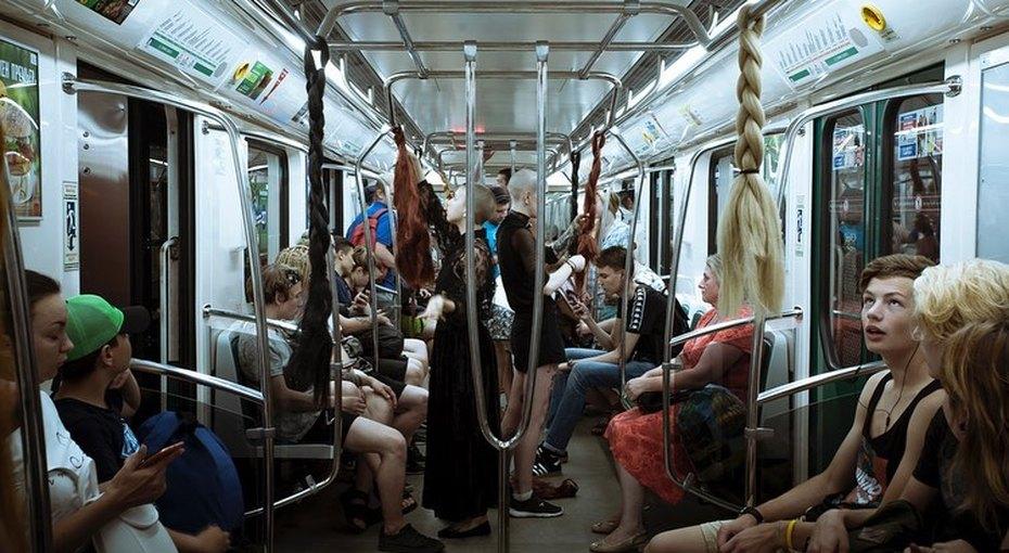 В питерском метро привязали женские косы кпоручням, чтобы напомнить пассажирам одомашнем насилии