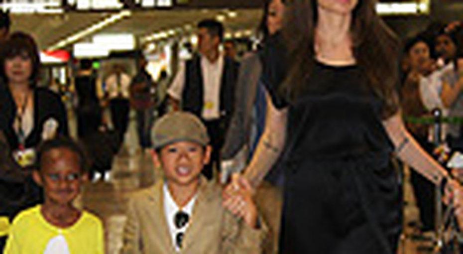 Анджелина Джоли неносит джинсы из-за детей