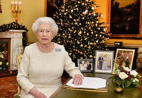 Неприличная подушка и игрушка-повторюшка: что кладут под ёлку в семье Королевы