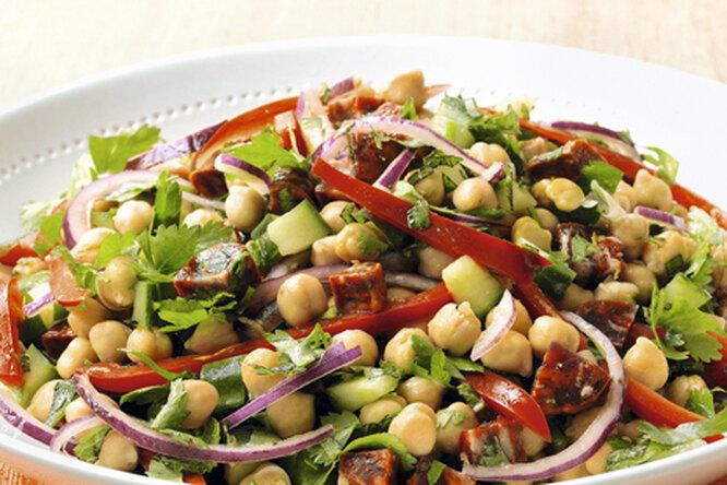 Салат из нута с чоризо