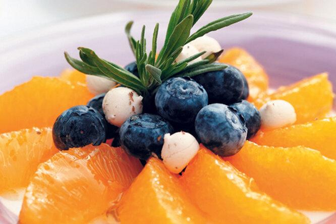 Салат из апельсинов с добавлением черники и безе с лавандой
