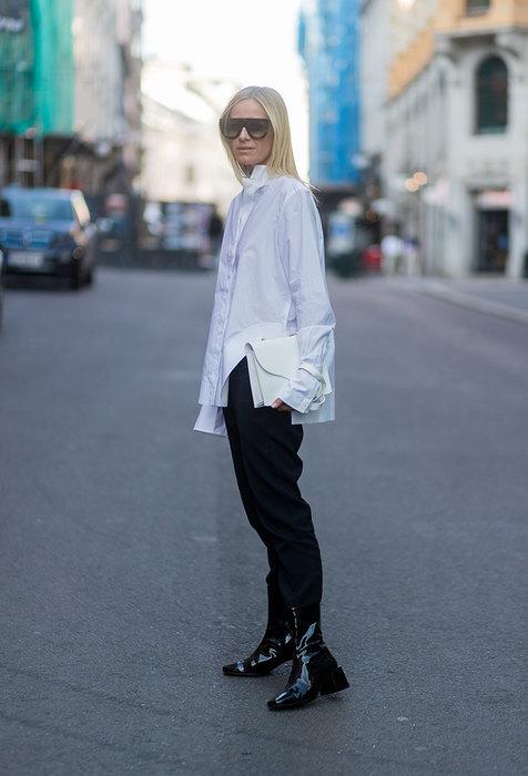 модель в белой рубашке и черных брюках