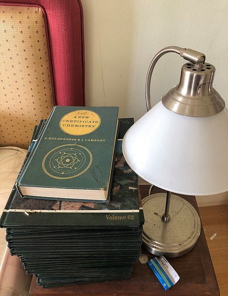 Книги на тумбочке
