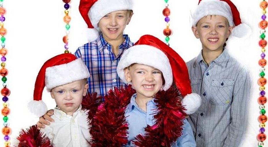 Когда дети нехотят фотографироваться, праздничные семейные фото выглядят так