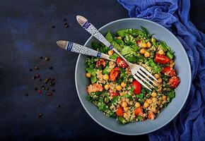 Постное меню: салат с нутом и овощами от шеф-повара