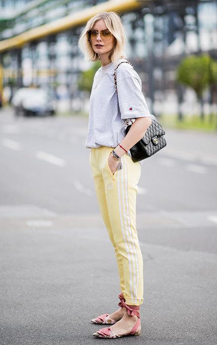 девушка в футболке и штанах
