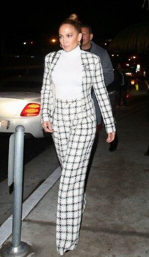 Дженнифер Лопес  в широких брюках в клетку