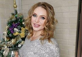 «Сегодня день расслабухи»: 45-летняя Алла Довлатова показала фигуру в купальнике