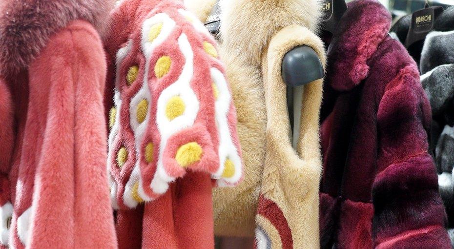 Яна Рудковская иДарья Мороз примерили розовые исиние шубы