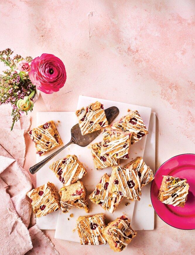 Пирог с малиной, фисташками и белым шоколадом