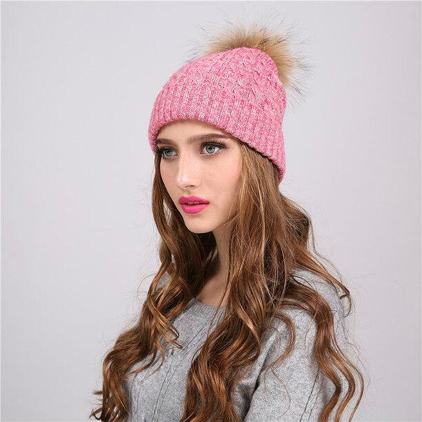 Вязаная зимняя шапка с меховым помпоном