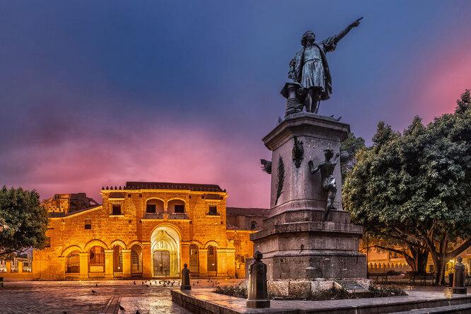Памятник Христофору Колумбу на главной площади столицы