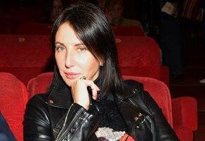 «Аж ремень из штанов»: Алика Смехова в глубоком декольте кокетничает на камеру