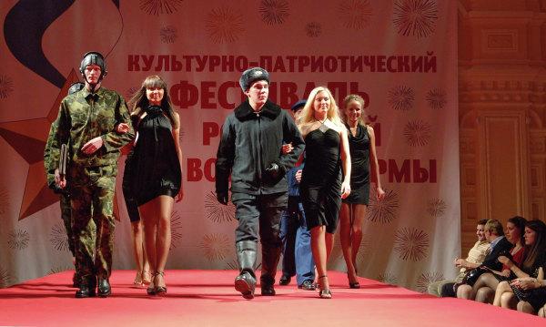 Парад-дефиле новой военной формы одежды силовых министерств иведомств России прошел вТЦ ГУМ.