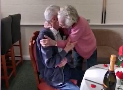 пожилая пара, локдаун