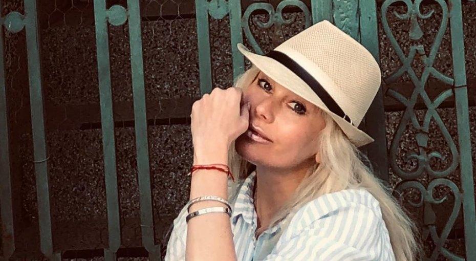 «Изумительные ножки»: 47-летняя Елена Корикова восхитила поклонников соблазнительным фото