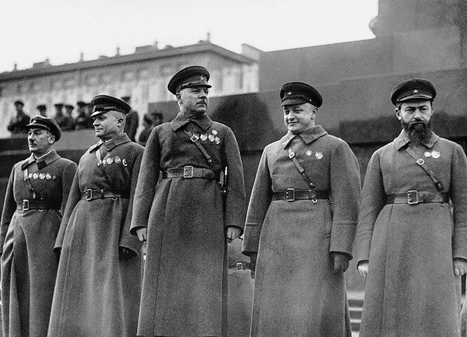 Генрих Ягода, Александр Егоров, Климент Ворошилов, Михаил Тухачевский и Ян Гамарник на Красной площади