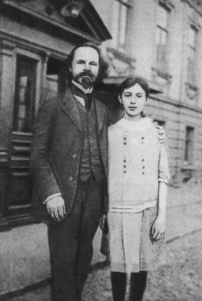 Константин Бальмонт с дочерью Ниной после возвращения на родину в мае 1913 года