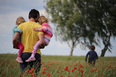 Как уберечь ребенка отопасностей наулице, дома ив Интернете