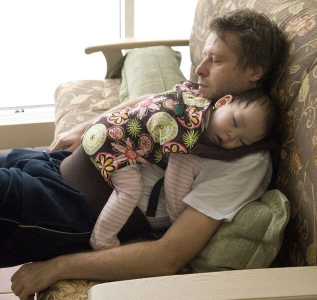 Биби дома, спит на папе