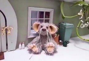 Бабушка, умирающая от рака, сделала «мышкин домик» для внучек