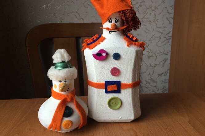 Отличный подарок — забавный снеговик излампочки ибутылки