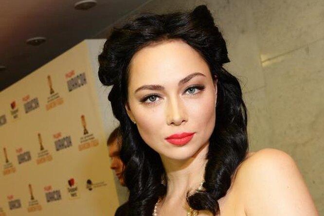 «Вам идет»: Настасья Самбурская сыграла вигру «покажи свое мужское лицо»