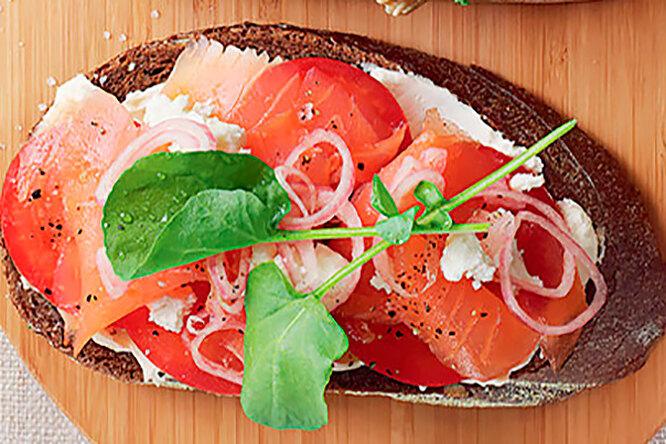 Брускета с копченым лососем и помидорами