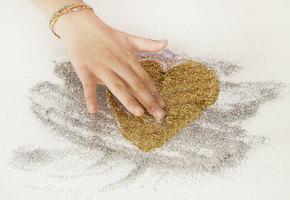 Убираем после Валентина: как очистить блестки с любых поверхностей?