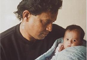 Звезда индийского кино стал отцом девочки из мусорки. Посмотрите на них сейчас