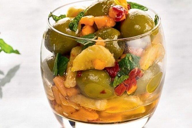 Закуска с оливками,  фруктами  и свежей мятой
