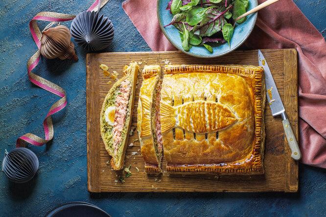 Кулебяка с лососем и пряным рисом
