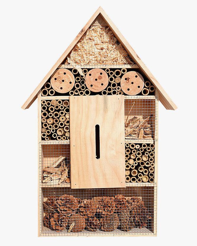 Можно соорудить на участке домики для насекомых, где они смогут устроить жилище и перезимовать.
