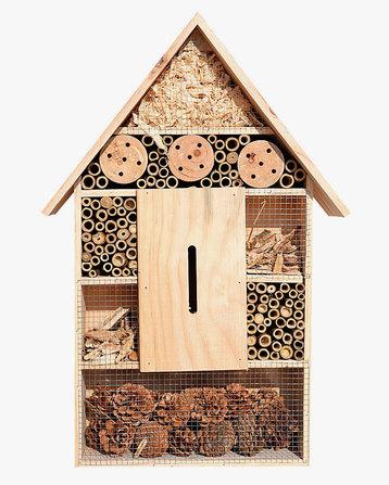 Можно соорудить научастке домики длянасекомых, где они смогут устроить жилище иперезимовать.