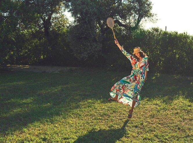 Платье, Great Plains; козырек, Boden; сланцы, Havaianas