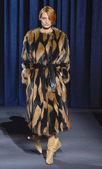 Искусственный мех может выглядеть нехуже настоящего, например, как впрошлогодней осенне-зимней коллекции Givenchy.