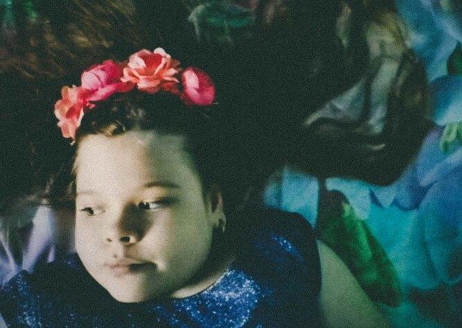 Когда незнакомые дети на улице подходят к Елене и Насте и спрашивают, почему такая большая девочка в коляске, Елена отвечает, что Настя — русалка и поэтому не может ходить. Насте такой ответ нравится Фото: Мария Ионова-Грибина для ТД