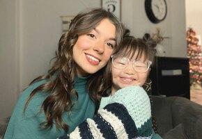 Девочка с синдромом Дауна делает сестре прически. В этих видео столько любви!