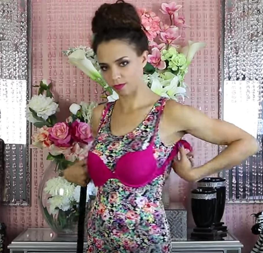 Женщина в платье и розовом бюстгальтере