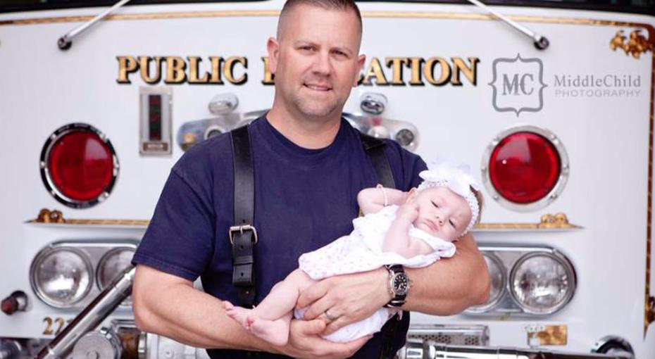 Спасатель удочерил девочку, которой помог появиться насвет