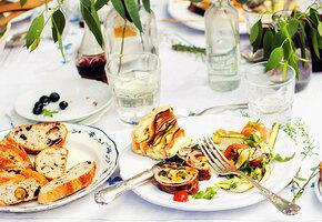 Обед на веранде: «брускетта» с цукини, салат с сезонными ягодами, пирог с пармезаном