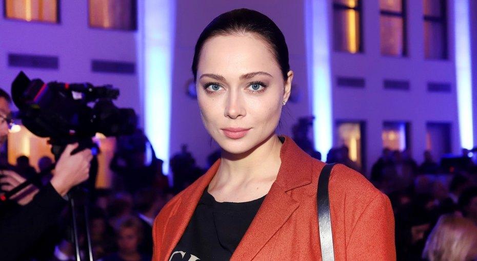 «Скажут, что фотошоп»: Настасья Самбурская показала ироничное фото накрасной дорожке